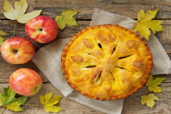 Pastel de manzana junto a tres deliciosas manzanas