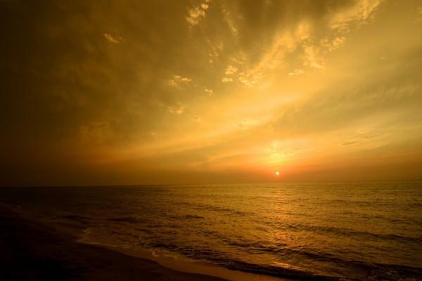Ocaso del sol visto desde la playa