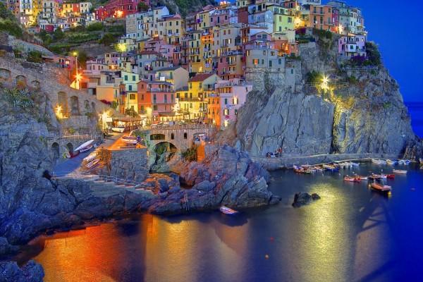 Casas en las rocas junto al mar