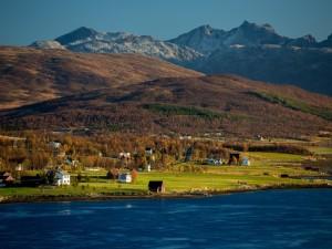 Población en un valle junto al lago
