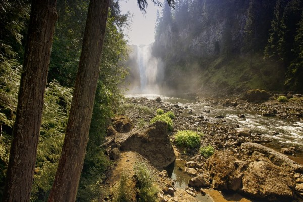 Espectacular cascada vista desde la orilla del río