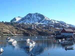 Postal: Embarcaciones en el puerto de Tasiilaq (Groenlandia)