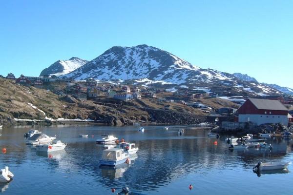 Embarcaciones en el puerto de Tasiilaq (Groenlandia)