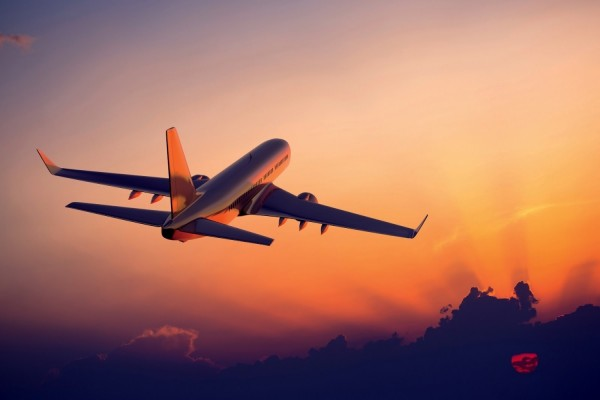 Avión volando al atardecer