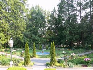 Fuente sin agua en un bonito jardín