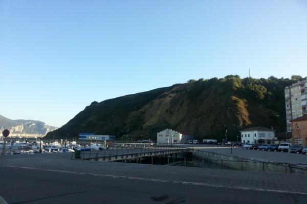 Puerto junto a una montaña