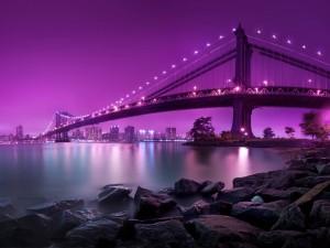 Gran puente bajo un cielo púrpura