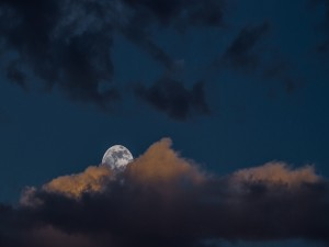 Postal: La maravillosa luna se asoma entre las nubes