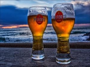 Dos vasos de cerveza junto al mar