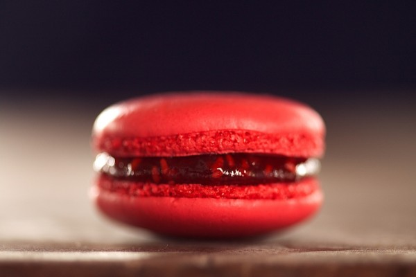 Un delicioso macaron rojo