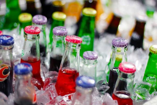 Botellas de refrescos entre cubitos de hielo