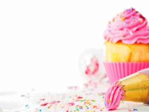 Manga pastelera con crema rosa para decorar un cupcake