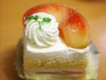 Pastel jugoso de melocotón y nata
