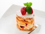 Milhoja en forma de corazón rellena de crema y fresas