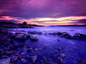 Un lago y cielo de color púrpura