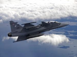 Postal: Avión militar en el aire