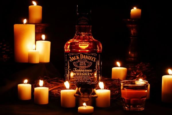 Botella de Jack Daniel's entre velas encendidas