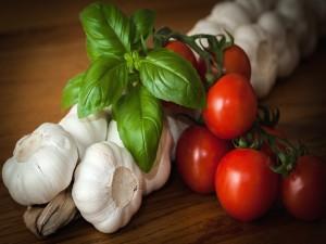 Ajos, tomates y albahaca