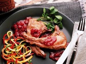 Chuletas con vegetales y salsa de frutos rojos