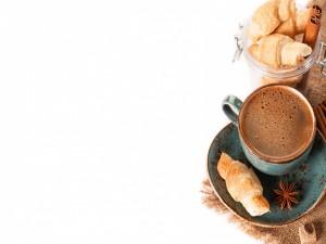 Postal: Taza de café con especias y unos pequeños cruasanes