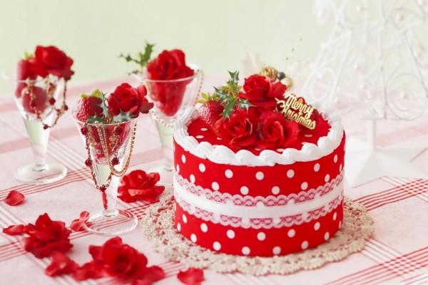 Una tarta de color rojo adornada para el día de Navidad
