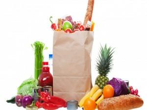 Alimentos dentro y fuera de la bolsa de papel