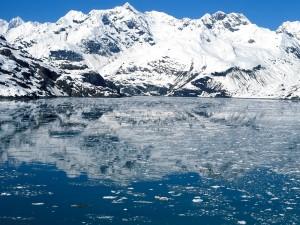 Montañas nevadas junto al agua helada