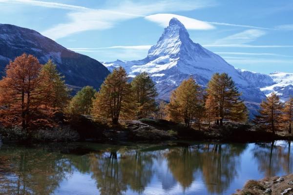 El monte Cervino nevado en otoño