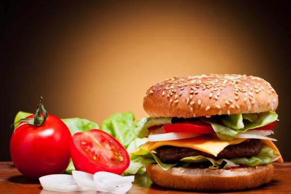 Hamburguesa con queso, cebolla, tomate y lechuga