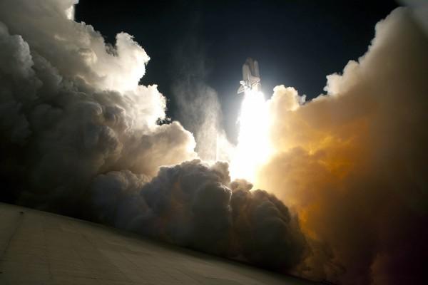 Cohete espacial iniciando el despegue