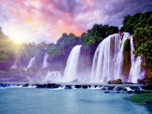 Grandes cascadas en un mismo acantilado