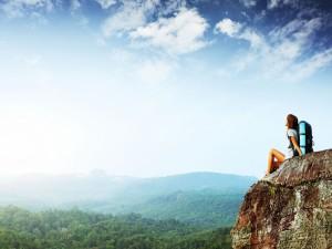 Una montañista admirando el bello paisaje