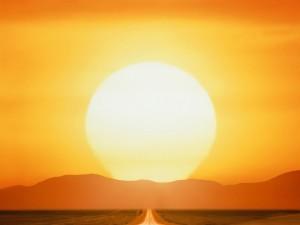Gran sol iluminando una carretera al atardecer
