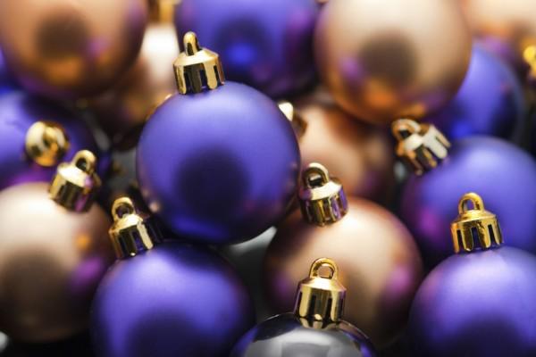 Pequeñas bolas de Navidad púrpuras y doradas