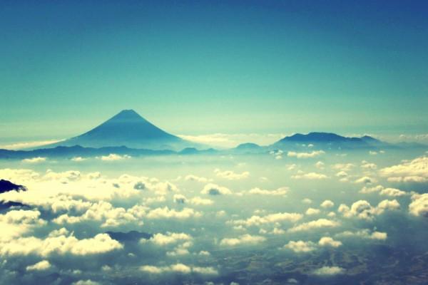 Vista de las nubes bajo las montañas