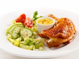 Pollo a la mostaza con una ensalada