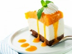 Porción de tarta con melocotón