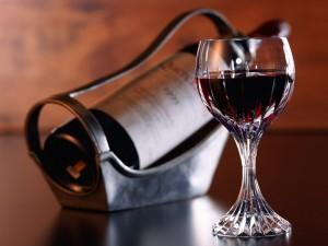 Una bonita copa de cristal con vino tinto