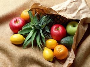Postal: Frutas en una bolsa de papel rota