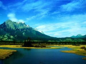 Postal: Un río cerca de las montañas