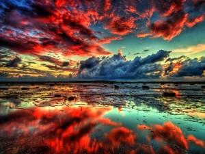 Nubes rojas reflejadas en el agua
