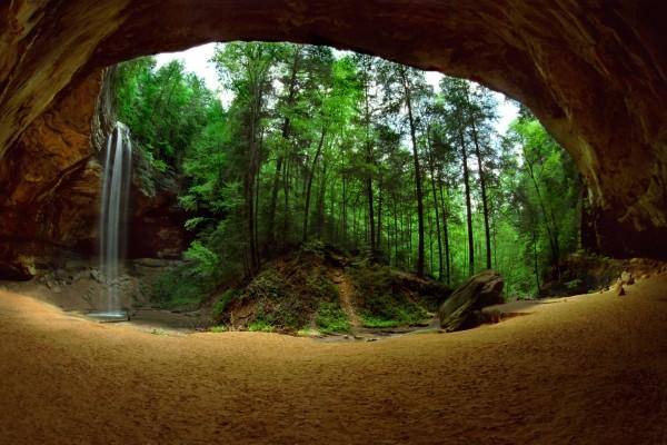 Una cascada a la salida de la cueva