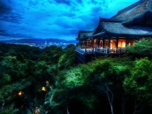 Postal: Casa oriental por encima de los árboles con vistas a la ciudad