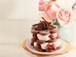 Pastel de chocolate con nata y cerezas