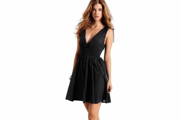 La modelo Barbara Palvin con vestido negro