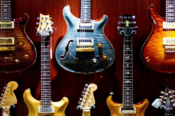 Varias guitarras de rock