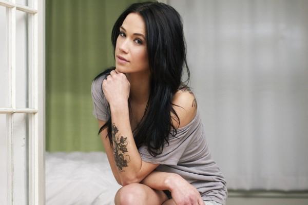 Una hermosa chica con tatuajes
