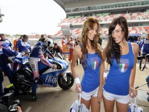Postal: Unas hermosas italianas en una competición de motos