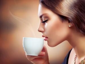 Una bella mujer tomando café