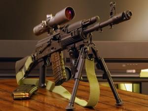 Un rifle AK 74 con mira telescópica y un bípode para apoyar el arma